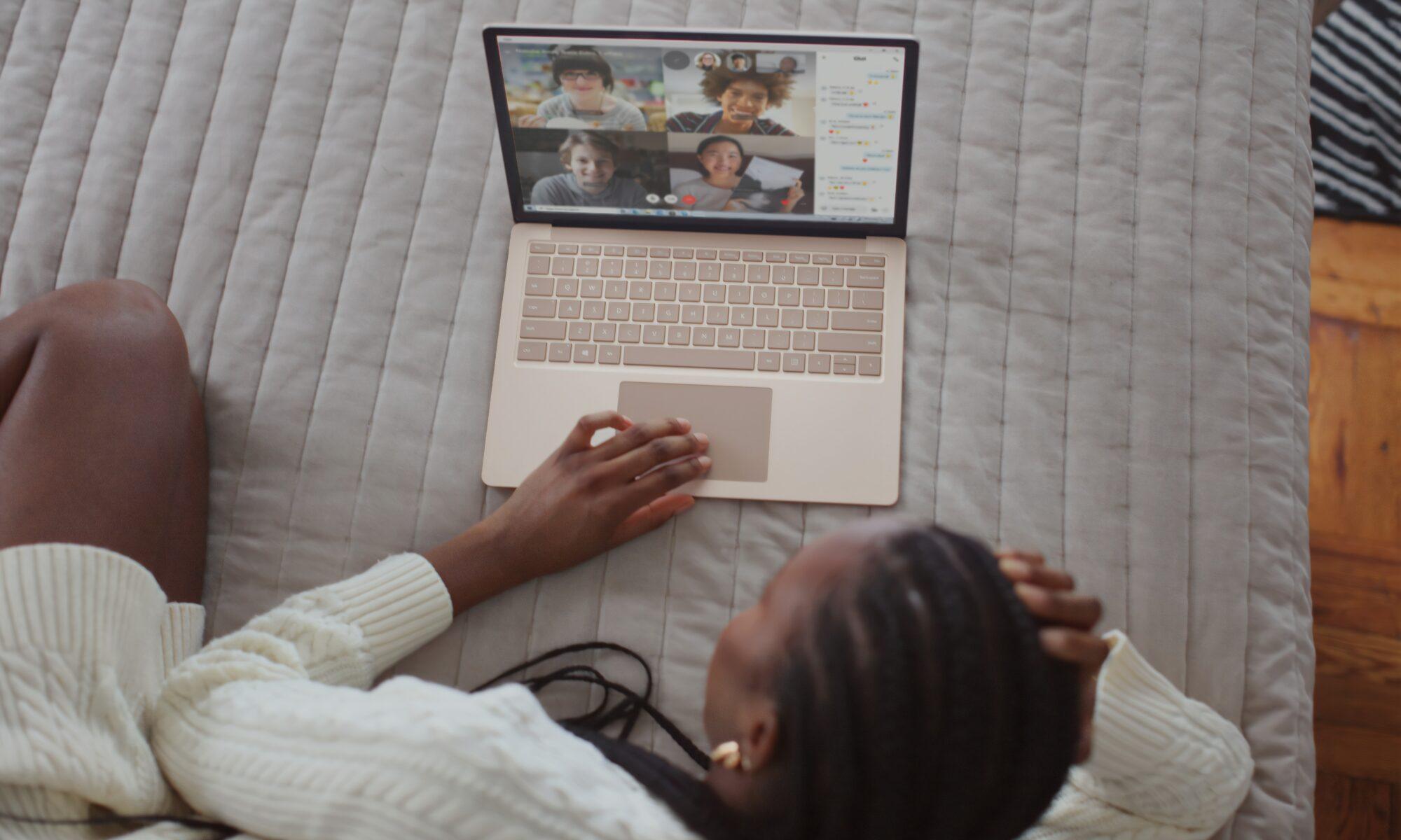 Frau vor Computer - Teambuilding Ideen von OPOLUM